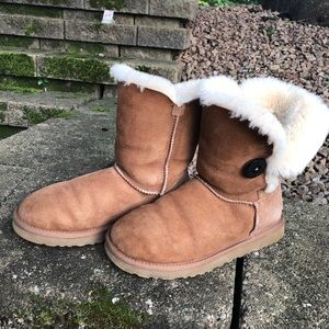 UGG Chestnut Bailey Button Size 7